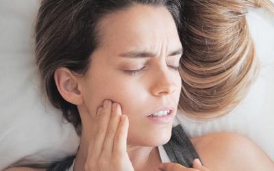 болит зуб когда лежу