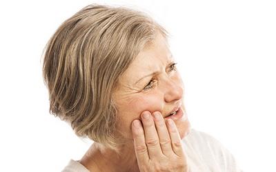 болтается зубной протез